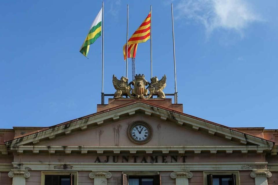 Флагштоки, где раньше развевались испанские знамена, стремительно пустеют