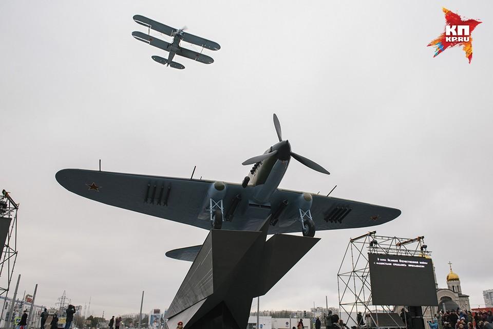 """Легендарный Ил-2 вернулся на свое место. Его поприветствовал его """"собрат"""" не менее легендарный самолет ПО-2"""
