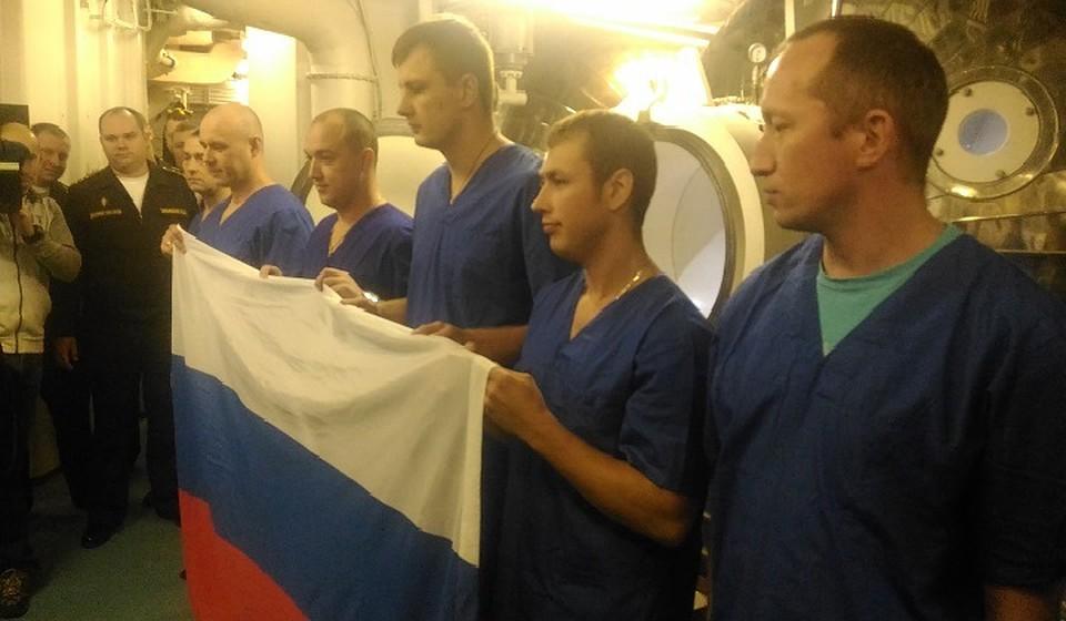 Водолазы ТОФ установили на рекордной глубине флаг Российской Федерации