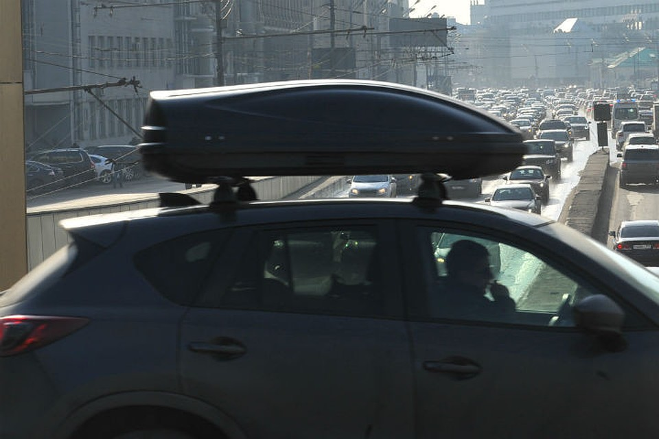Крупная девушка на крыше машины
