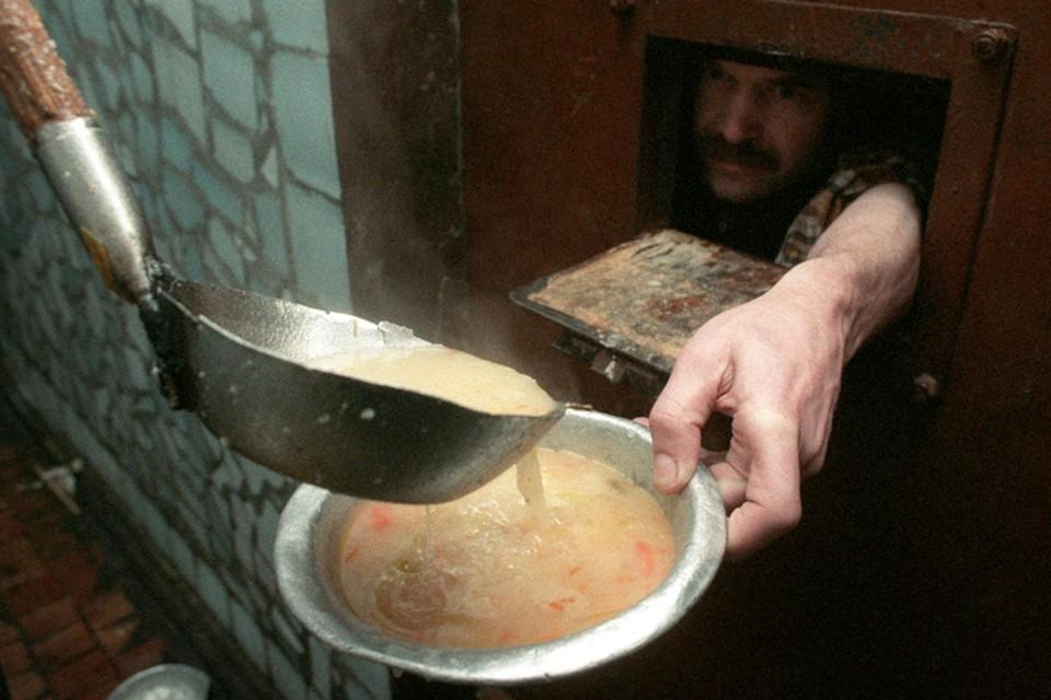 Сегодня голода как такового в тюрьмах нет. Вместо баланды дают стабильно куриные супы с синими курицами. На завтрак — кашу