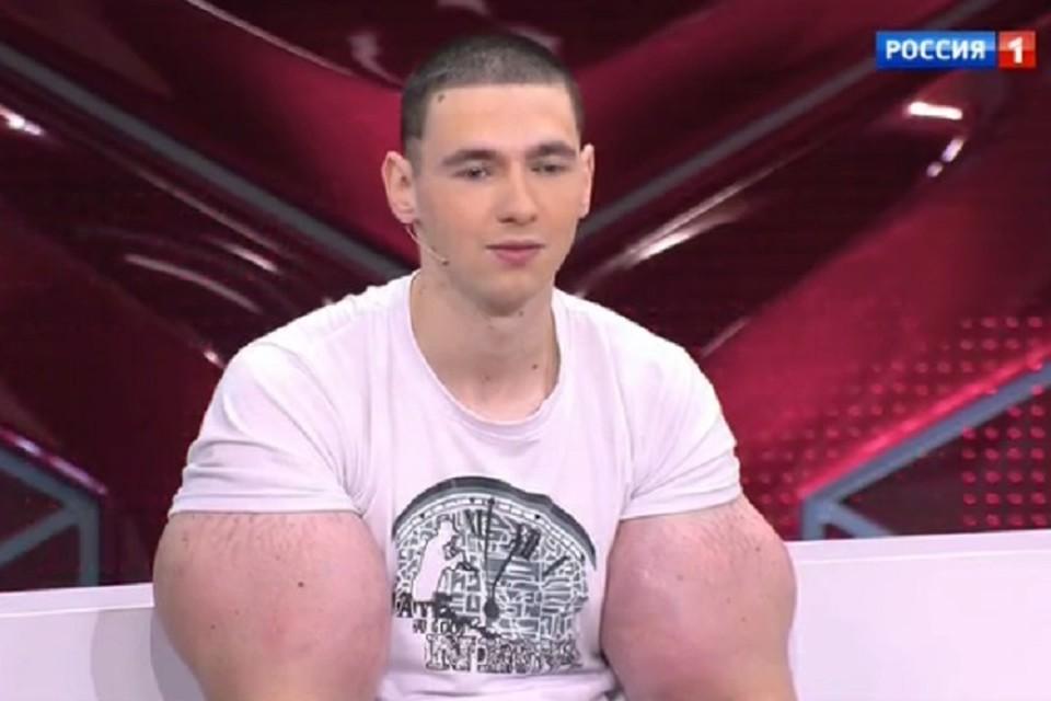 Кирилл Терешин пообещал вставить себе клыки и разрезать язык надвое. Фото: скриншот видео russia.tv