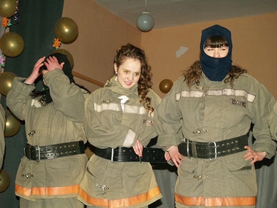 Мария Недоспасова (в центре) стала победителем. В этом номере она представила свою профессию: в колонии она трудится пожарным.