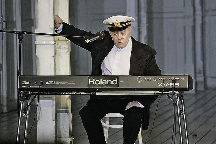 Леонид Броневой во время капустника в театре «Ленком». 2003 год.