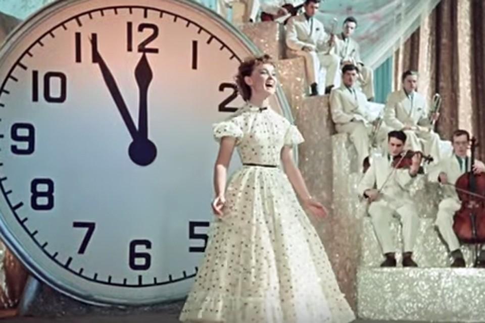 После фильма «Карнавальная ночь» популярностью стали пользоваться игрушки — часы со стрелками, застывшими на без пяти двенадцать