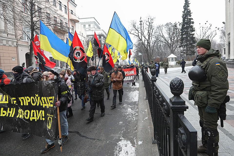Шествие националистических сил у стен Верховной рады в дни обсуждения нового закона о Донбассе.