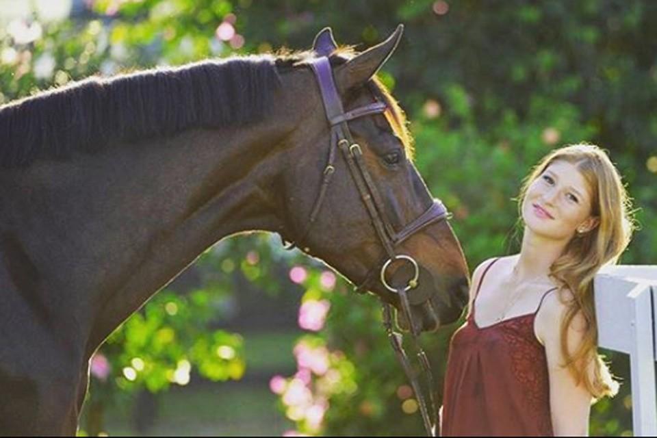 Дженни Гейтс обожает лошадей.
