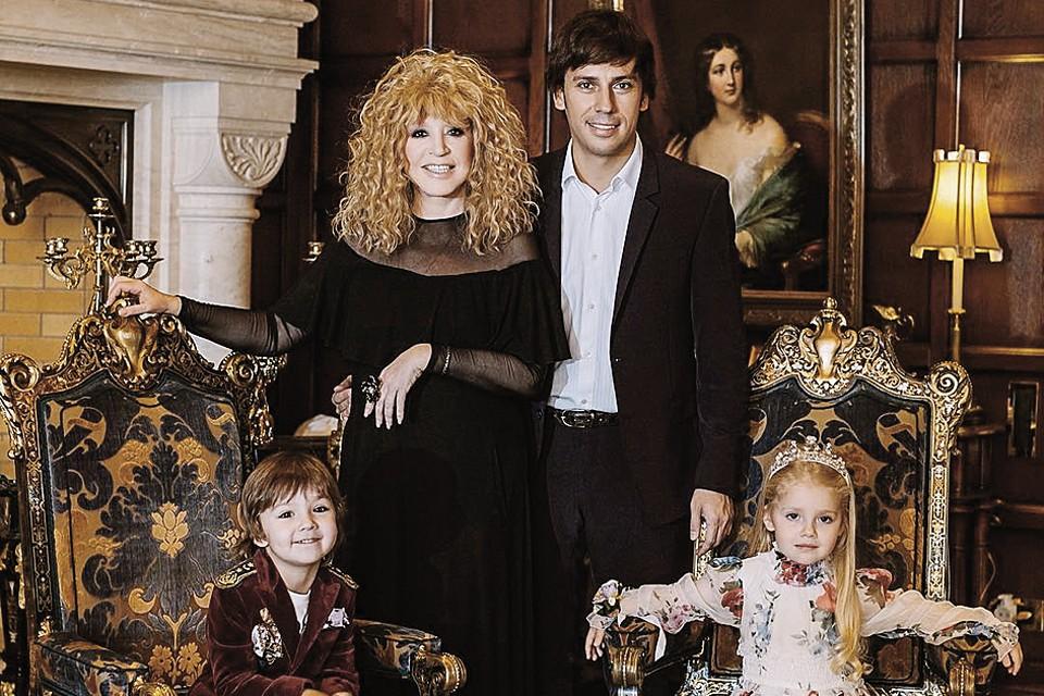 Супруги и их дети Гарри и Лиза в каминном зале. Фото: instagram.com/maxgalkinru