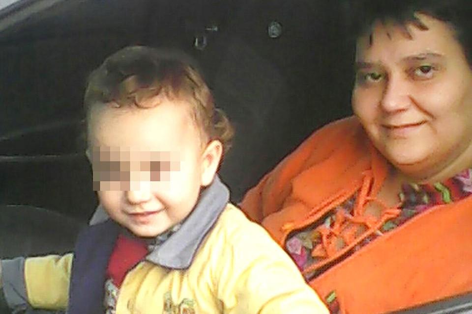 Светлана Попова с мальчиком, которого два года она воспитывала как своего сына.