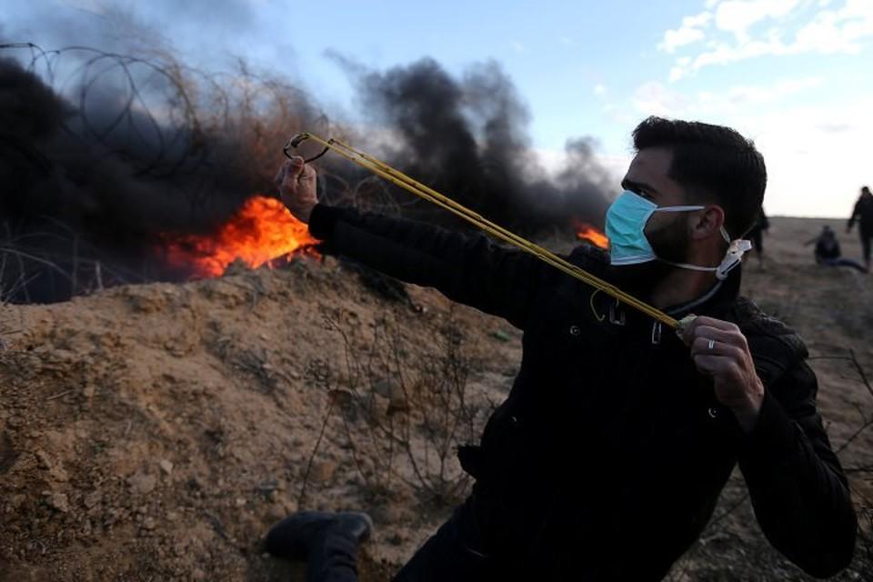Палестинец во время столкновений с израильскими военными