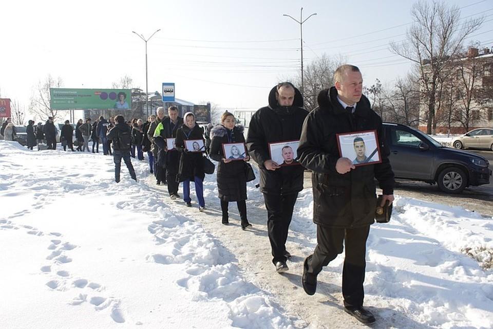 """Митинг памяти погибших членов экипажа и пассажиров рейса """"Саратовских авиалиний"""". На переднем плане несут фото пилота Валерия Губанова."""