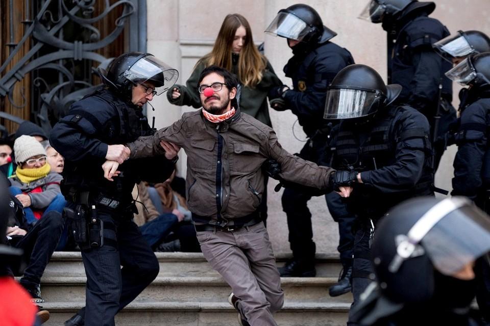 Участник акции протеста в Барселоне