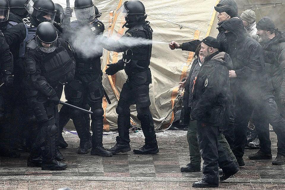 Столкновения протестующих и сотрудников полиции у стен Верховной Рады в январе 2018 года.