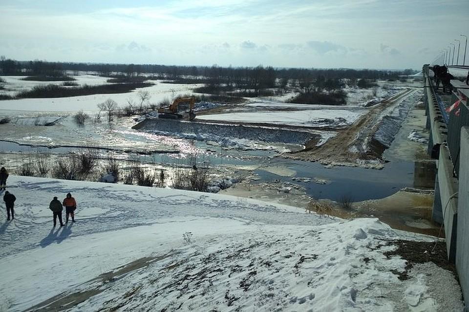 На месте закрытой переправы через Припять под Житковичами решили строить деревянный мост. Фото: vk.com/gomel.district