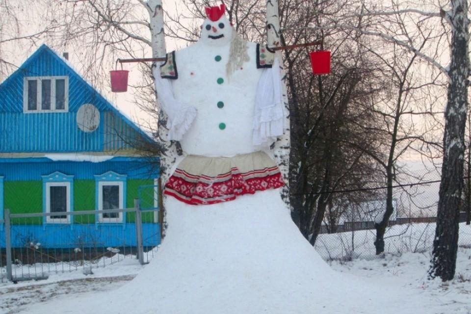 Фото с сайта mazyr.by В деревне под Мозырем слепили 4-метровую снежную бабу