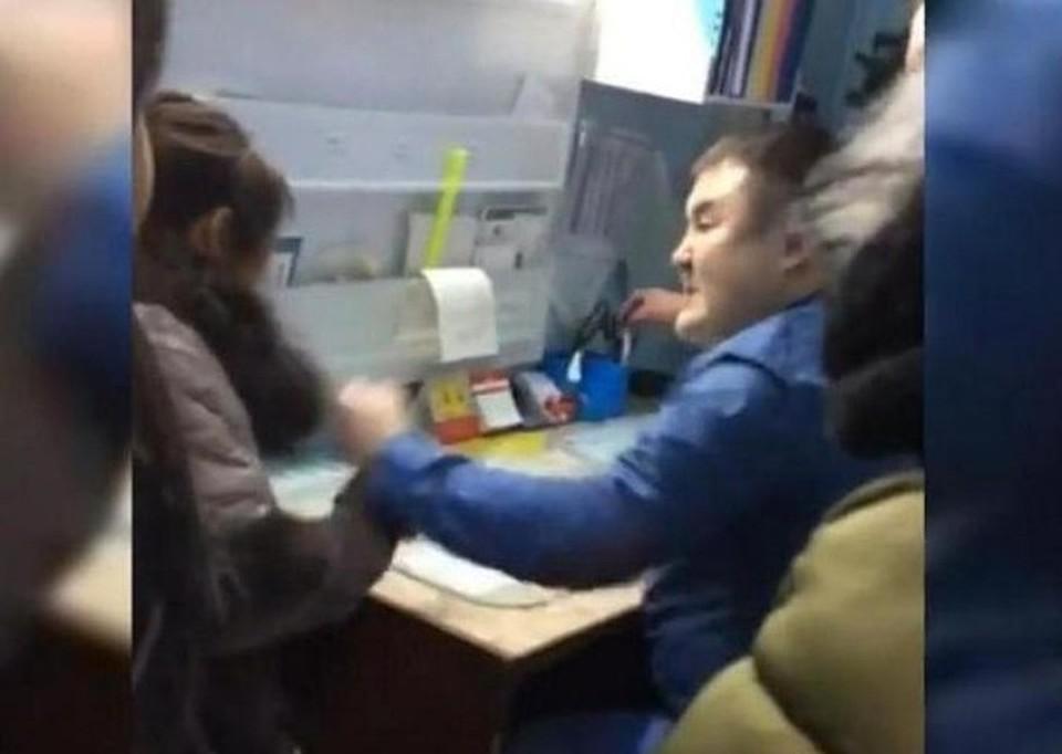 Врач бросился на женщину с кулаками, не постеснявшись свидетелей Фото: стопкадр с видео