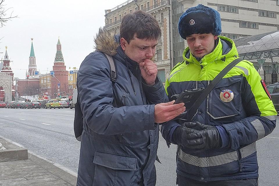 "Журналист ""Комсомолки"" Павел Клоков и инспектор МАДИ Никита Каменев."
