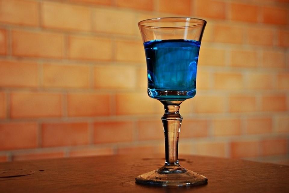 Неизвестный алкоголь мужчина принес с собой в пластиковой бутылке. Фото: pixabay.com.