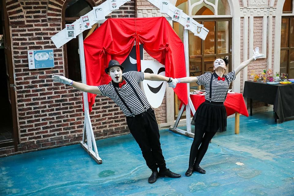 На Улице Мира, в павильоне «Вокруг Света», гости смогут познакомиться ср разными театральными жанрами