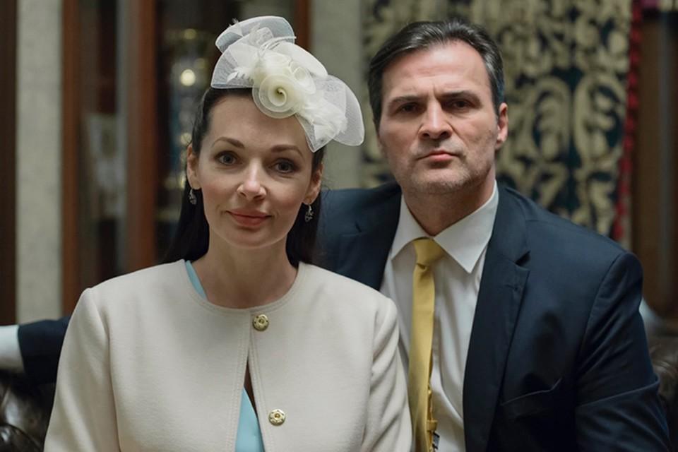 Анна - жена богатого человека, и для нее положение в обществе важнее всего