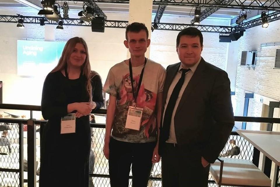 Виталик Бутерин (в центре), Дарья Халтурина и основатель цифровой платформы для управления здоровьем и долголетием Николай Крючков.