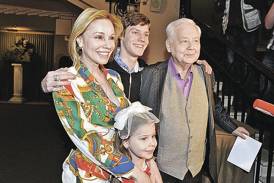 Мэтр на церемонии вручения премии Олега Табакова. Рядом с мастером - жена Марина Зудина и их дети - Маша и Павел Табаковы. Март 2014 года.