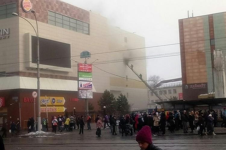 По последним данным, в результате пожара в торговом центре в Кемерово погибли пять человек, и еще более 30 пострадали