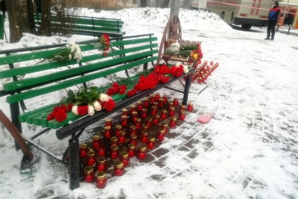 К зданию «Зимней вишни» в Кемерове несут цветы и свечи