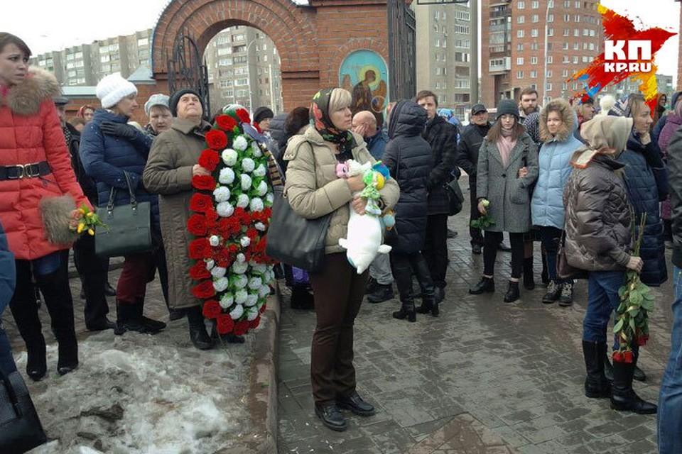 У кемеровского храма «Утоли моя печали» собрались тысячи людей с цветами и игрушками