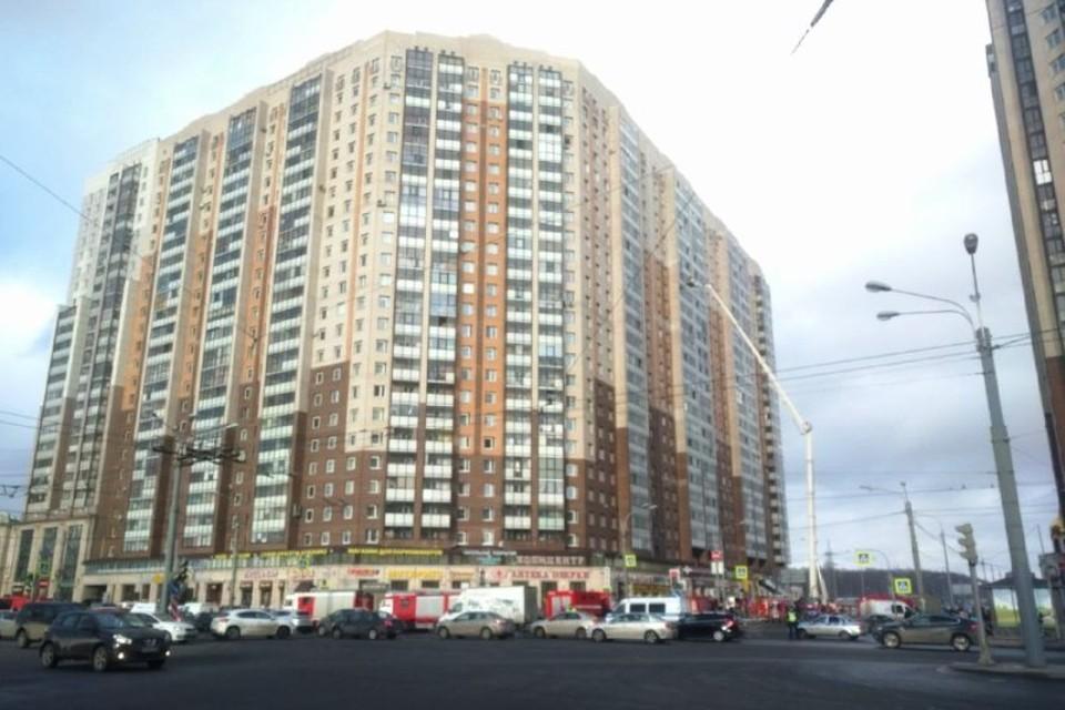 На севере Петербурга полыхает жилой дом высотой 23 этажа.