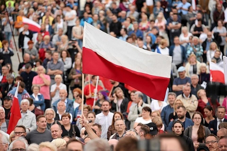 Варшава выразила протест в связи с сожжением флага Польши в Киеве