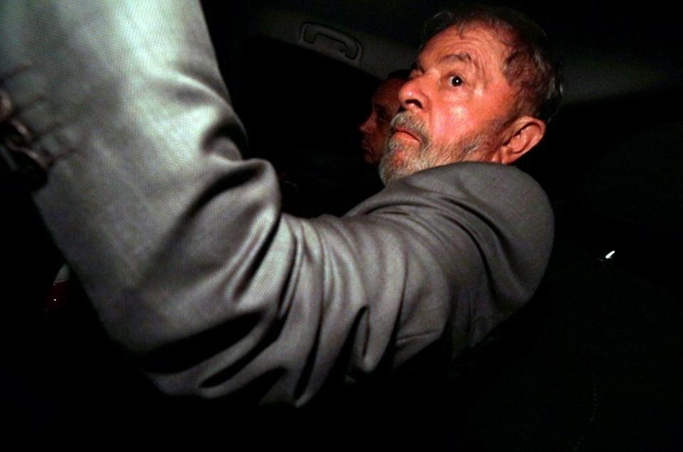 Луис инасиу Лула да Силва накануне был взять полицейскими под стражу и отправлен отбывать десятилетний срок за коррупцию