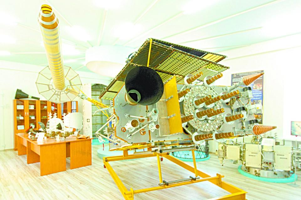 Полномасштабный макет космического аппарата «Глонасс-К», который студенты изучают на практических занятиях.