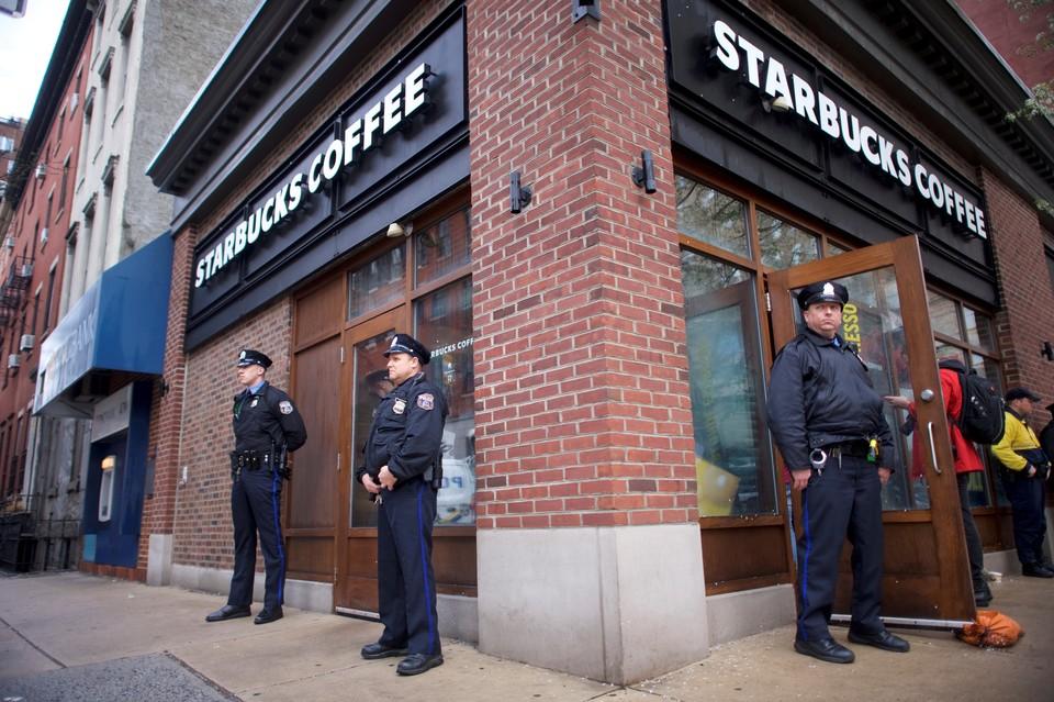 Общественность возмущена предвзятым отношением сотрудников кофейни к темнокожим людям