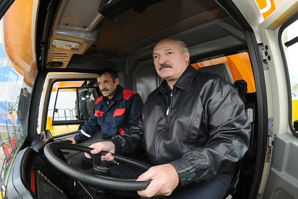 Президент Белоруссии Александр Лукашенко за рулем трактора. Фото: пресс-служба президента Белоруссии