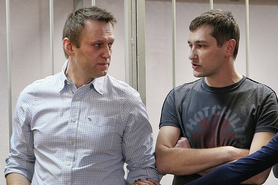 Братья Алексей и Олег Навальные на оглашении приговора в Замоскворецком суде. ФОТО: Михаил Почуев/ТАСС