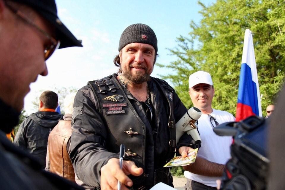Байкер в числе первых проехал по Крымскому мосту