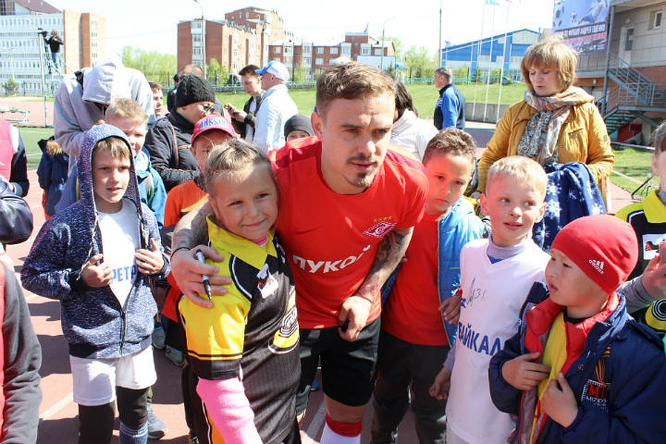 Андрей Ещенко в окружении своих юных поклонников