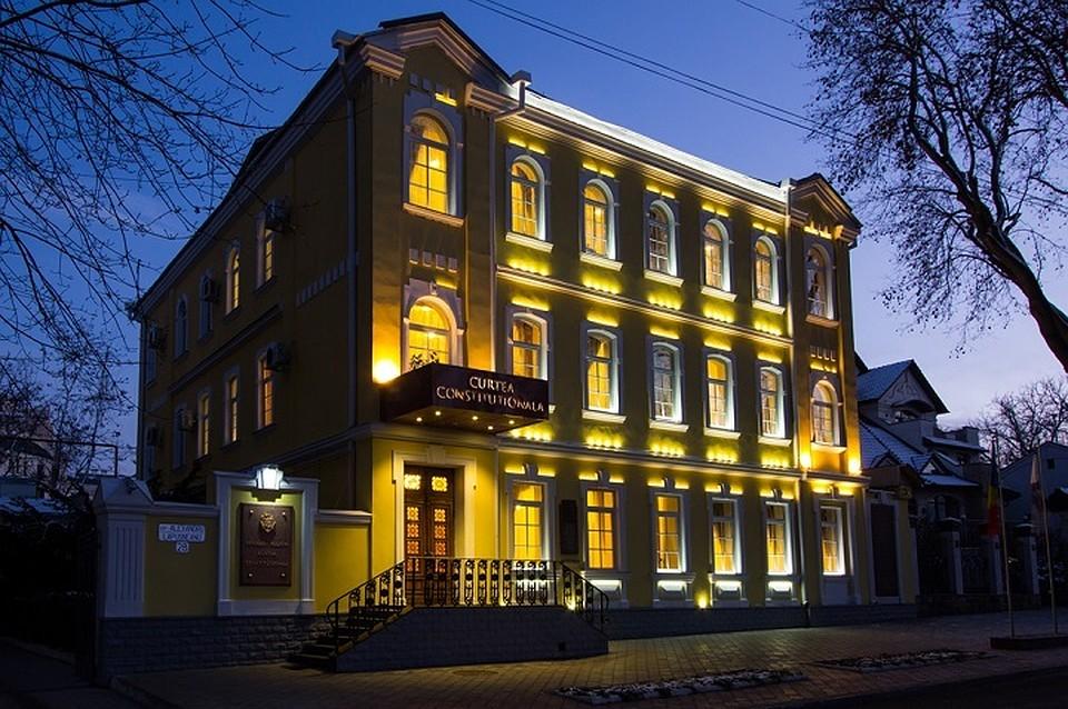 В этом здании в центре Кишинева решится на днях судьба русского языка в Молдове. Фото: constcourt.md