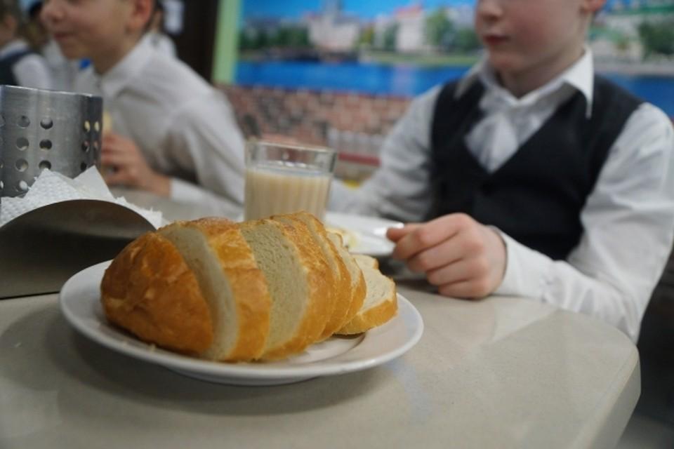 В школьной столовой расплатиться наличными или другой картой было нельзя. При этом в учебном заведении буфета, где можно купить хотя бы булочку, нет. А приносить с собой еду из дома запрещено.