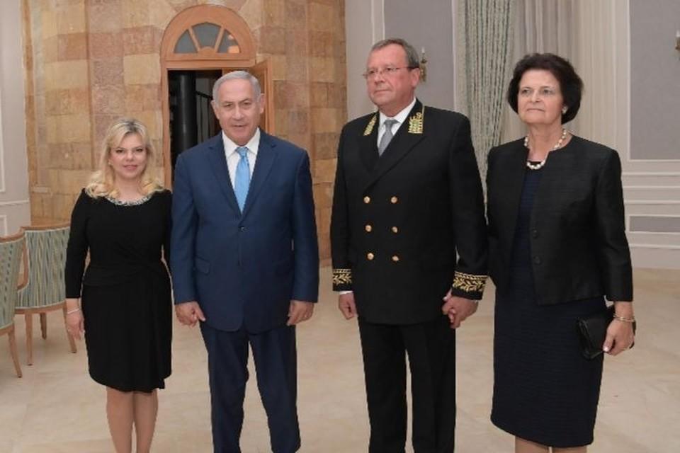 Премьер-министр Израиля Биньямин Нетаньяху и посол РФ в Израиле Анатолий Викторов с супругами Фото: А. Бен-Гершом
