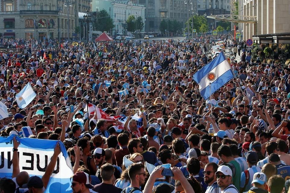 Болельщики из Аргентины и Перу на чемпионате мира по футболу в Москве