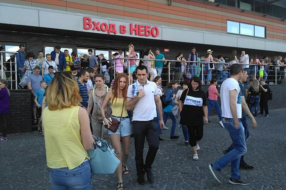 В выходной день в торгово-развлекательном комплексе, как обычно, много посетителей