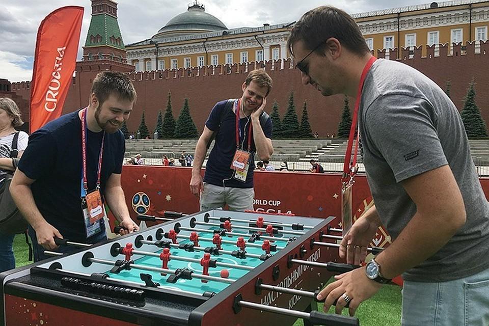 Парк футбола на Красной площади представляет из себя огороженную территорию, на которой размещены различные тематические аттракционы