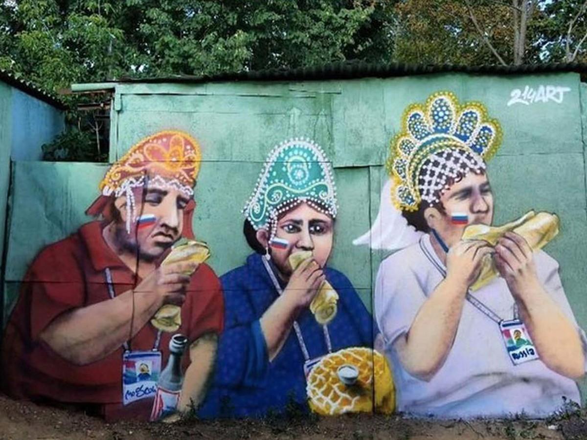 Граффитисты увековечили трио жующих болельщиков в кокошниках