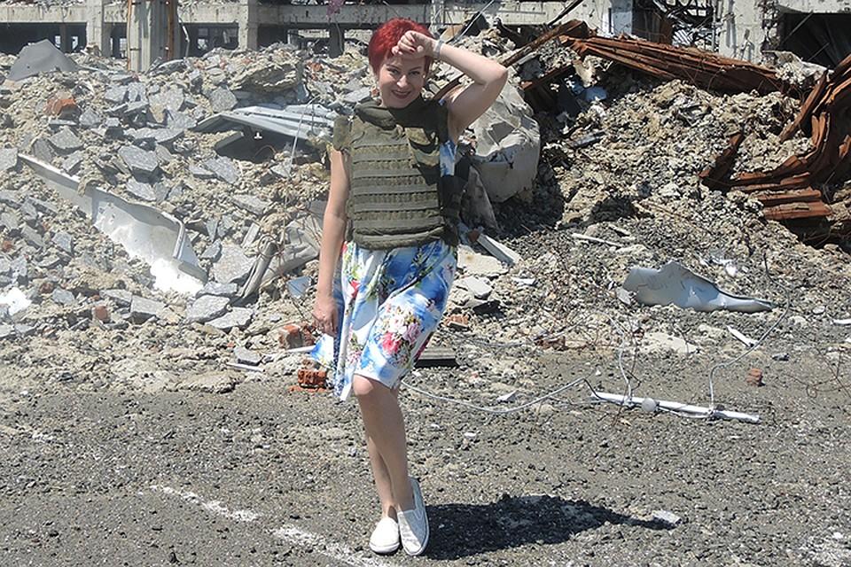 Дарья Асламова на фоне разрушенного аэропорта Донецка