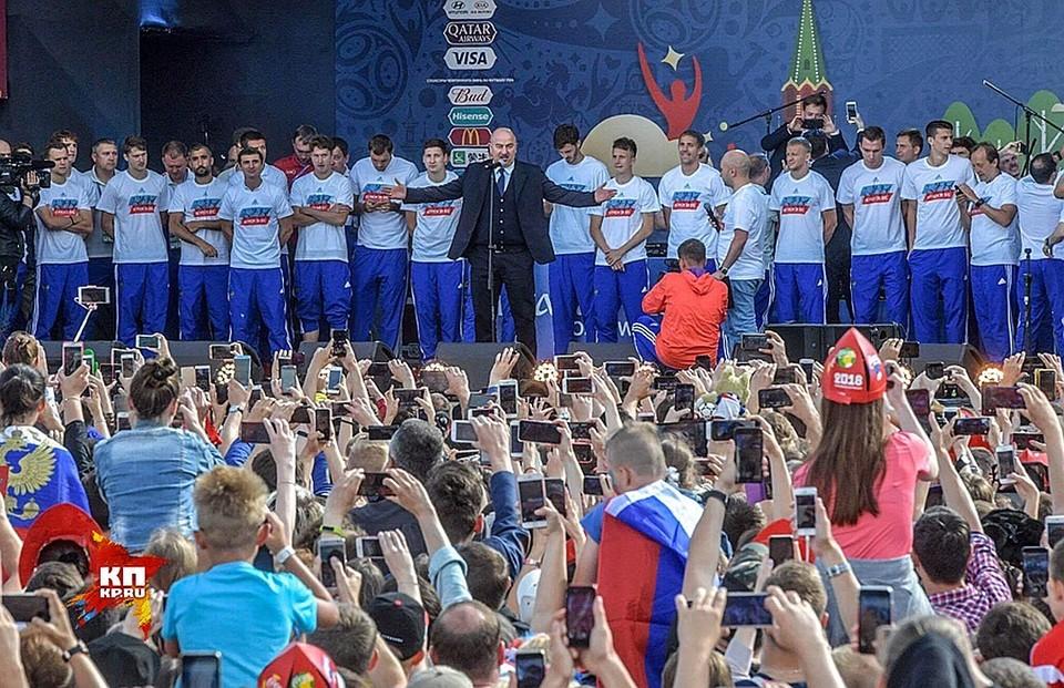 """Тысячи болельщиков пришли на встречу со сборной России на Воробьевых горах, чтобы сказать """"спасибо""""!"""