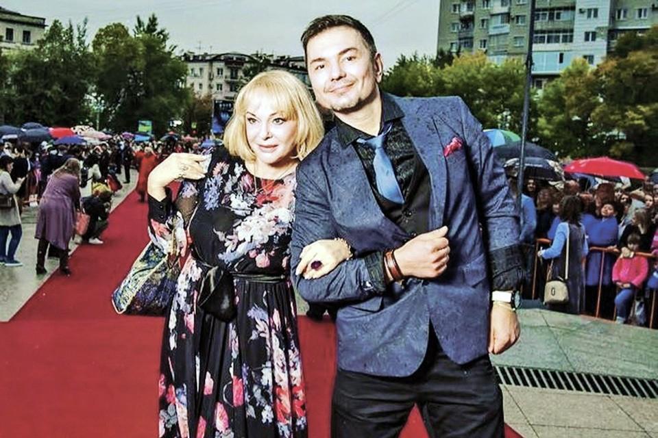 Денис Сердюков моложе Ирины на семь лет.