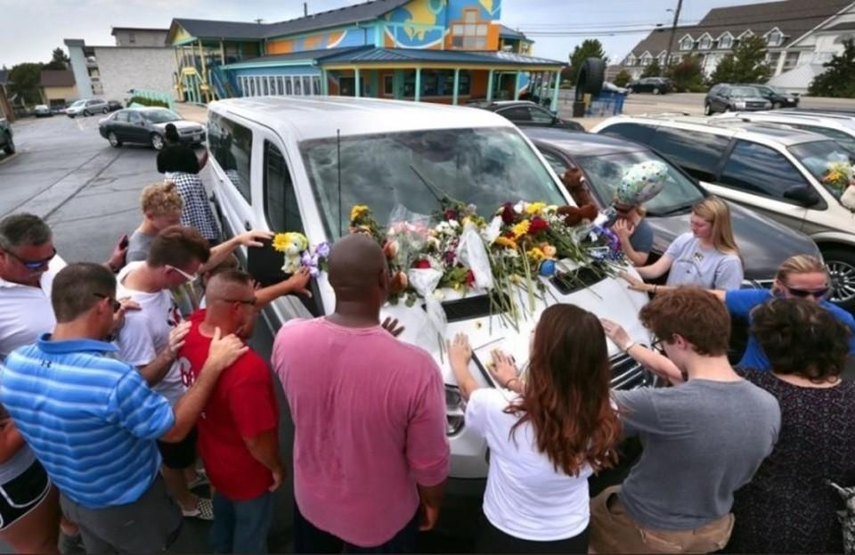 Люди приносят цветы на машины тех, кто погиб в крушении прогулочного катера в Миссури