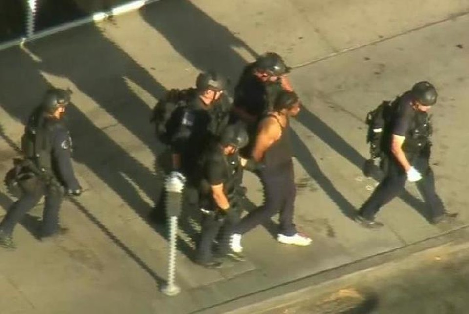 Преступник, стрелявший в бабушку, сдался полиции после переговоров. Фото: скришот видео.